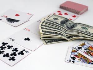 kārtis un nauda
